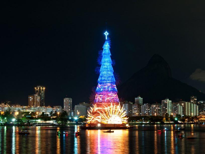 Árvore de Natal de 2014 no Rio de Janeiro. Essa é a maior árvore de Natal flutuante do mundo, com 85 m de altura.