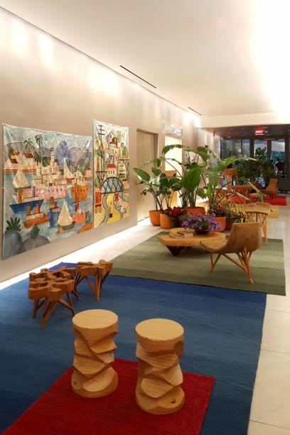 <span>Tarsila Hall</span><em>copyright © Tarsila Empreendimentos</em><span>- Paulo Alves Design. O lobby do elevador foi convertido em galeria de arte, com paredes que exibem tapeçarias inspiradas em pinturas famosas da modernista Tarsila do Amaral.Os tapetes de várias cores completam o décor.</span>