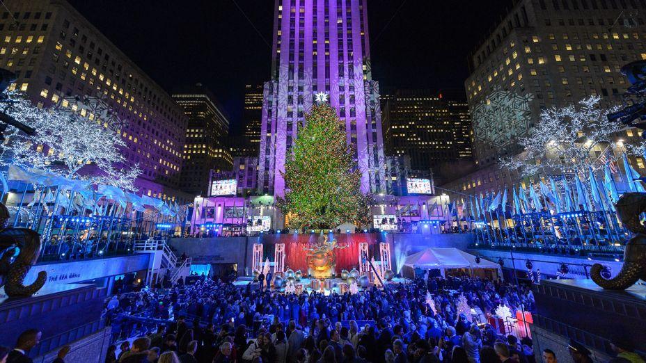 Tradicional árvore de Natal do Rockefeller Center, em Nova Iorque. Em 2017, a árvore tem mais de 23 m de altura e 10 toneladas!