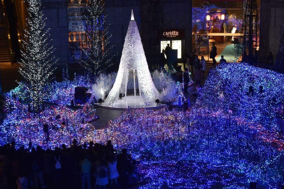 Árvore de Natal de 2015 em Tóquio. Ao final do ano, uma instalação com 270,000 luzes LED é montada para celebrar as festas.