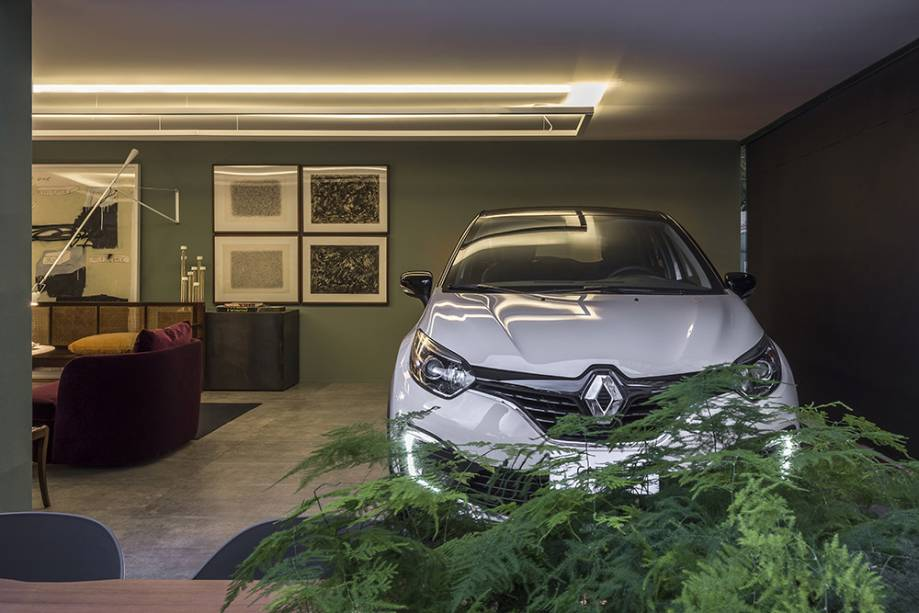 <span>CASACOR Minas Gerais 2017. Garagem Renault - Nara Cunha. O volume arquitetônico simples da garagem é sofisticado e inspirador, assim como o novo Renault Captur, exibido com destaque na sala do colecionador de arte.</span><span></span>