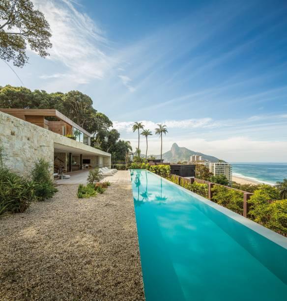 Arthur Casas - Casa AL. Marcado por planos horizontais, o projeto<span>contempla a paisagem do Rio de Janeiro.</span>