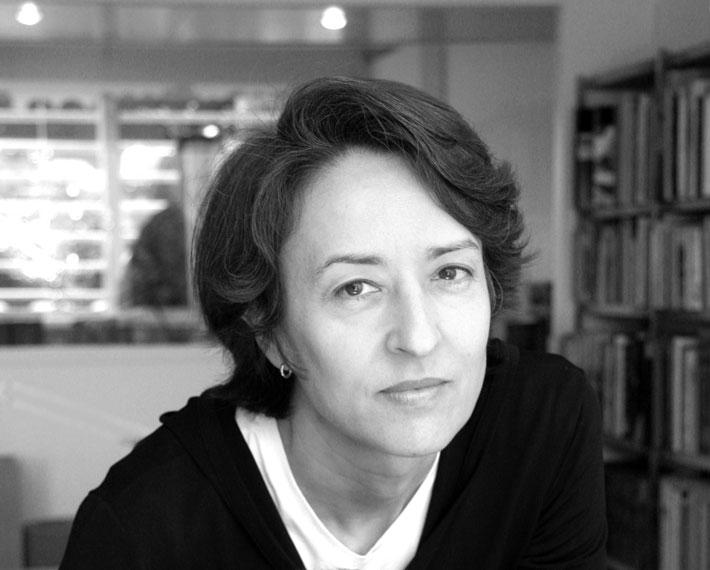 Ángela García de Paredes Falla é arquiteta formada pela Escola de Arquitetura de Madrid, na Espanha. Assumiu o escritório García de Paredes em 1990 e, atualmente, leciona na Projeto Arquitetônico na Escola de Arquitetura de Madri, além de colaborar em outras universidades. O projeto finalista do prêmio é o<span>Two House in Oropesa, na Espanha.</span>