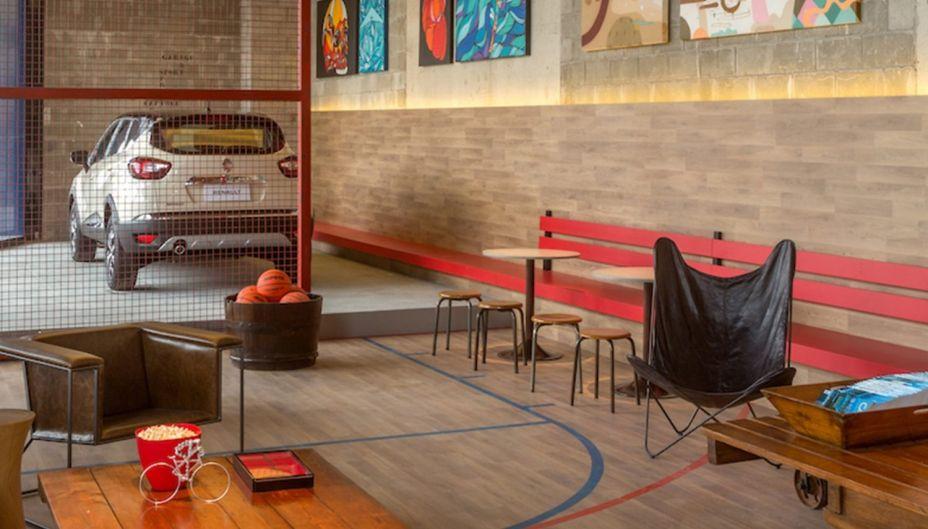 CASACOR Rio de Janeiro 2017. Art Garage Sports Bar Renault - Maurício Nóbrega. Para combinar com o clima urbano do espaço, o piso elevado, que suporta o carro em destaque, foi revestido com cerâmica que imita o cimento queimado.