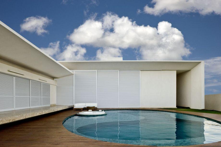 Leo Romano - Casa Paes Leme. A piscina arredondada abriga também um spa. Seu contorno, com linhas curvas e abstratas, é mais raso, criando uma área de descanso.