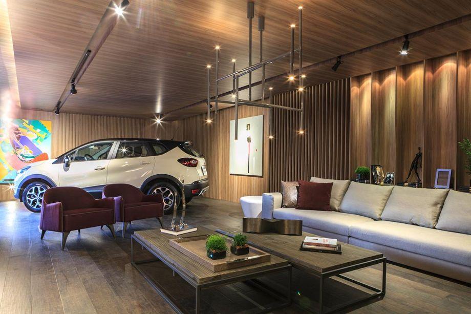 CASACOR Paraná 2017. Garagem Renault - Margit Soares. O piso de madeira completa o contraste de tramas e padrões dos outros revestimentos do espaço.