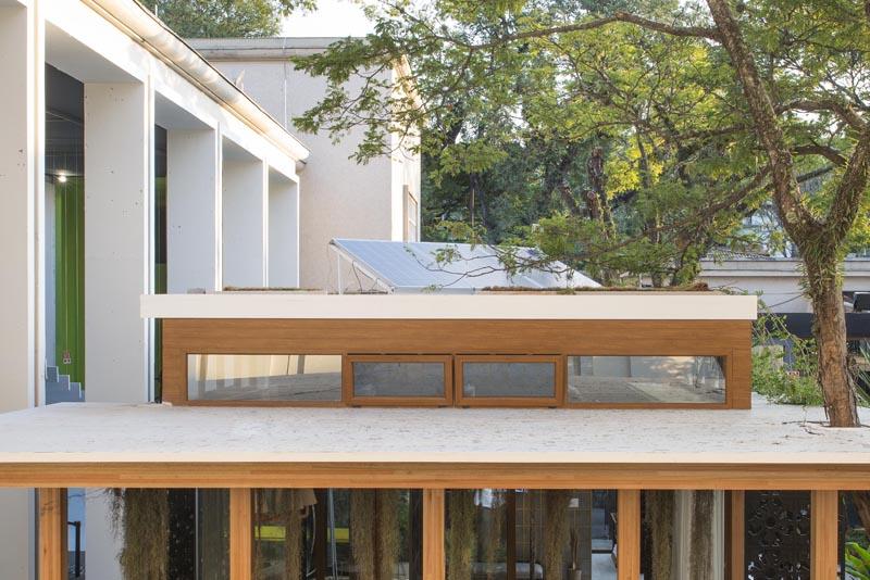 """CASACOR São Paulo 2017. Casa Sustentável - Mariana Crego. O<span>ambiente de 63 m² atendia a todas as 14 categorias da</span><a href=""""https://casacor.abril.com.br/gente/casacor-sp-casa-sustentavel-recebe-certificado-aqua-hqe/"""">certificação AQUA-HQE</a><span>, selo de sustentabilidade emitido pela Fundação Vanzolini, primeira e principal certificadora da construção civil no Brasil, e Cerway, organismo certificador francês, com consultoria da Inovatech. A casa era abastecida por energia solar proveniente de painéis fotovoltaicos localizados sobre a construção.</span>"""