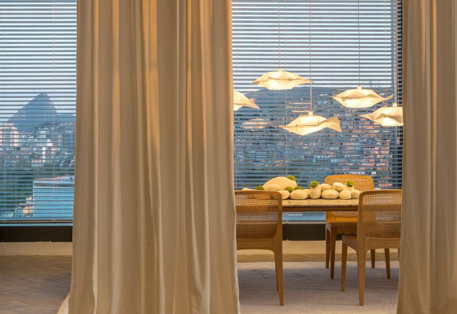CASACOR Rio de Janeiro 2017. Spa Deca - Paola Ribeiro. À esquerda, sobre a mesa de jantar, luminárias de papel instaladas em diversas alturas compõem com leveza o décor.