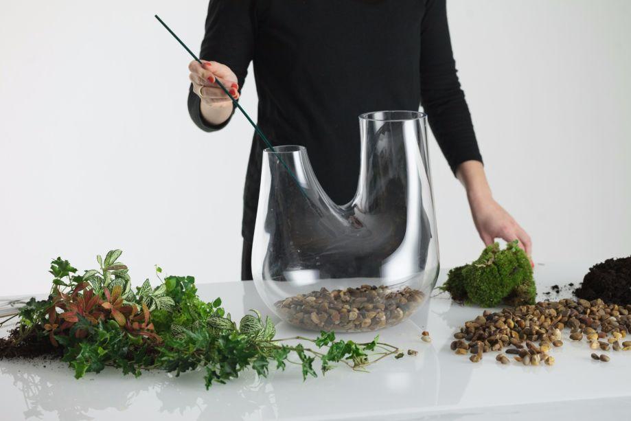 2. Encha o fundo do vaso com uma camada de 4 cm de pequenas rochas para drenar a água.