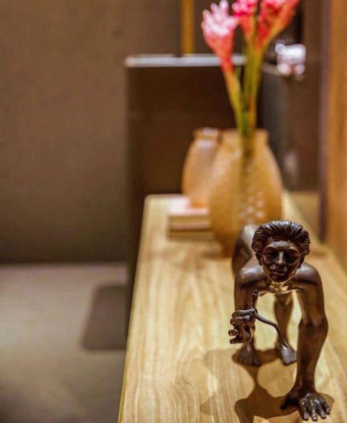 CASACOR SP 2016 - Expresso Decó por Leo Shehtman.<span>Para esse projeto, o arquiteto se inspirou na estética Art Déco, e neste conceito, Shehtman insere uma das esculturas de Florian Raiss.</span>