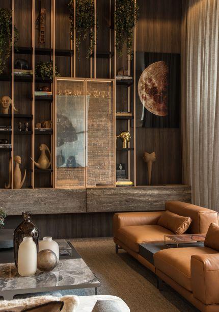 CASACOR SP 2017 - Espaço dos Convidados por Denise Barreto.<span>Com conceito modernista, a</span><span>madeira se multiplica pelo projeto tanto nos painéis quanto no mobiliário. Na estante, a presença em massa das esculturas de Florian Raiss.</span>