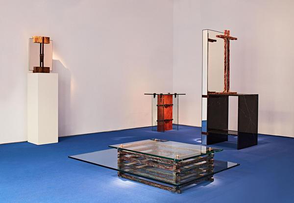 Equipe Jorge Penadés. Foi a primeira exposição individual do jovem designer Jorge Penadés. As peças geométricas vêm de mistura de materiais inusitados como: cola óssea, restos de couro junto de latão e mármore.