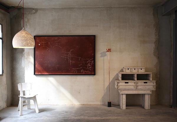 Espaço de Álvaro Catalán de Ocon. Um prédio de quatro andares ainda em reforma reuniu os trabalhos de Ocón e outros designers convidados.