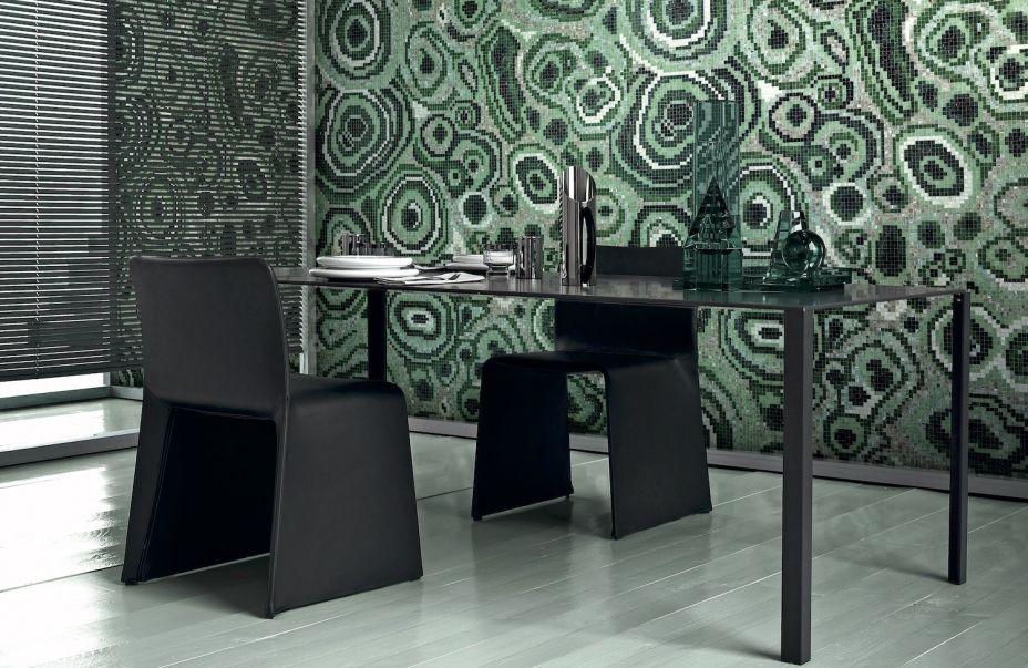 Bisazza - Líder mundial na produção de mosaicos de vidro, a Bisazza significa arte, estética e design.Combinando grandes nomes internacionais da moda e da arquitetura, a marca se destaca pela riqueza de detalhes das suas peças. Nesta edição, lança o mosaico New Malachite Green, assinado pelo designer australiano Greg Natale.