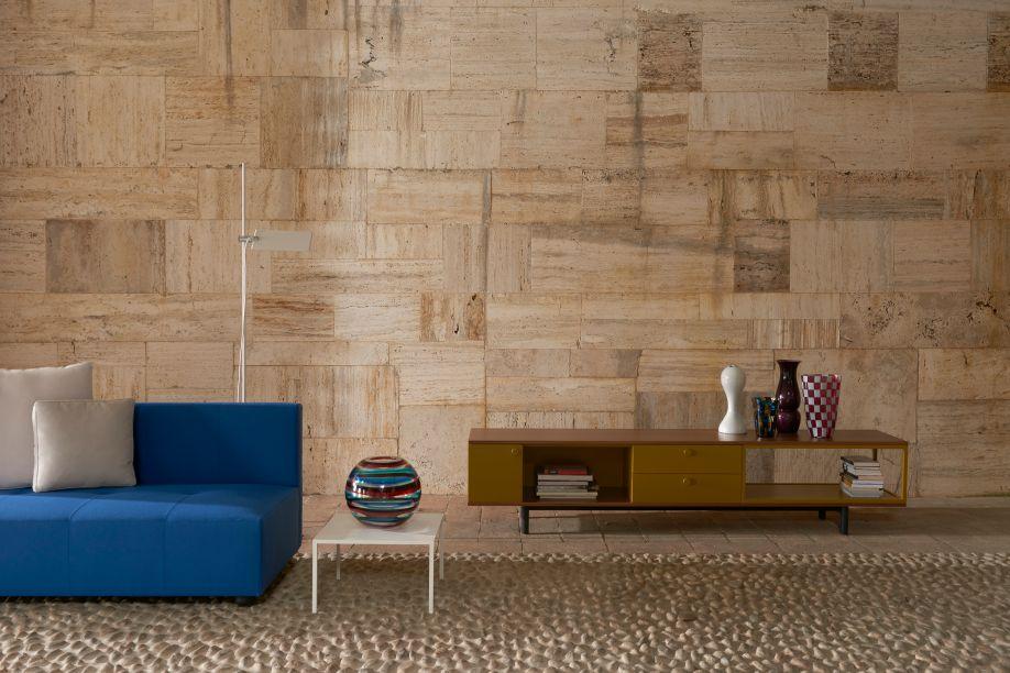 Easy, do Studio Cappellini. A série de cabinets, com base para o chão ou para paredes, projetados para sala de estar, conta com portas, gavetas e estantes. Caracterizados por sua identidade visual, os móveis podem ser customizados de diversas formas