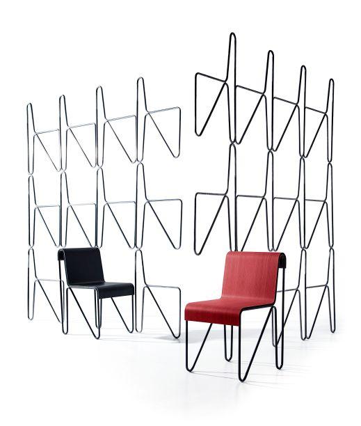 """Para a 2018 Milan Design Week, a Cassina apresenta a Beugel Stoel, produzida industrialmente pela primeira vez graças ao estudo meticuloso e protótipos realizados em estreita colaboração com os herdeiros de Rietveld.A cadeira, projetada em 1927 e distribuída pela loja de departamentos holandesa Metz & Co, foi concebida emtrês elementos: duas estruturas de aço em loop idênticas acopladas para suportar o assento reforçado por madeira laminada. A Beugel Stoel, holandês para """"cadeira de metal"""", é mais um exemplo do estilo inconfundível de Rietveld, em que a separação de elementos construtivos é central."""