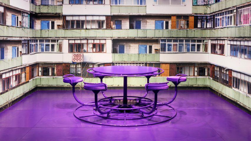 O designer russo Harry Nuriev apresentou uma brilhante mesa de jantar roxa com assentos que giram em torno dele como um brinquedo de playground. O papel de parede que reveste o estande foi impresso com imagens do bairro onde ele cresceu, ligando-se ao tema da infância.