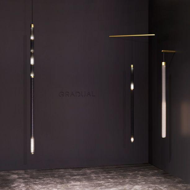 """Os criadores da marca de iluminação Stickbulb estão debutando uma nova marca de lâmpada, a Gradual, que exibe a passagem do tempo através de efeitos de luz. Cada design cilíndrico é construído a partir de camadas de papel. As matrizes de LEDs alojadas no interior são programadas para """"soltar"""" as gotas de luz nos tubos em diferentes intervalos de tempo."""