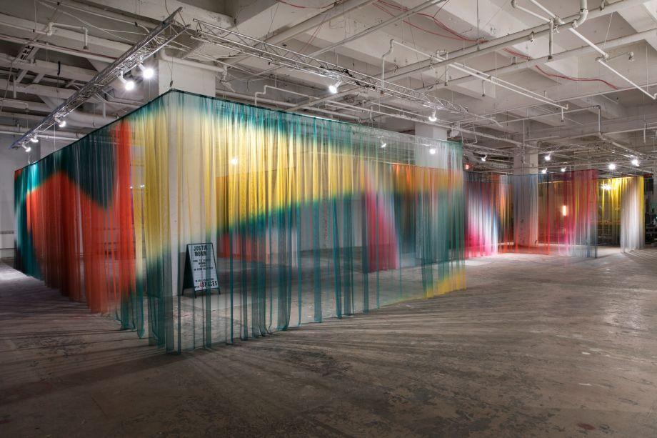 Uma das maiores e mais impactantes instalações do evento deste ano, foi uma série de cortinas translúcidas de Justin Morin, dispostas em linhas perpendiculares para criar corredores no meio. Cada uma das cortinas é modelada com gradientes coloridos.