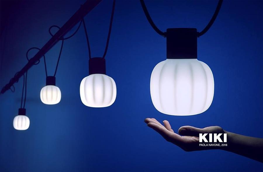A Martinelli Luce apresenta novas soluções de design inspiradas no uso de novas tecnologias e materiais.Projetada para uso externo, mas também perfeita para aplicações internas, a luminária Kiki está disponível em duas versões, com 5 ou 10 peças. O produto é assinado pela designer<span>Paola Navone.</span>