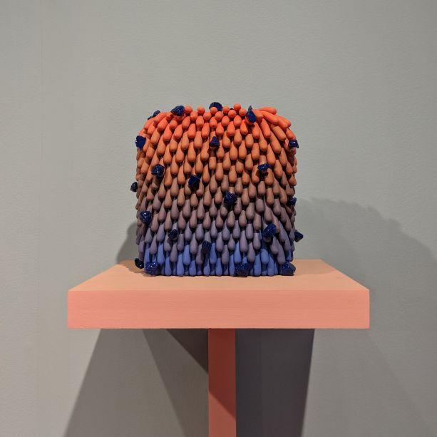 Dos inúmeros produtos apresentados pela Mindy Solomon Gallery de Miami, as peças de Linda López destacam-se por serem cobertas de pequenas salsichas de cores misturadas. As cerâmicas também são decoradas com pedaços de pedra e metal polidos, aumentando a aparência bizarra e fofa.
