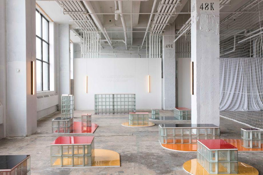 A Objects of Common Interest juntou-se ao LOT Office for Architecture para criar uma série de móveis experimentais. Emparelhando blocos de vidro com laminados coloridos, as peças estão dispersas em um espaço bem iluminado pelo dia e contrastam com a superfície de concreto do antigo prédio industrial.