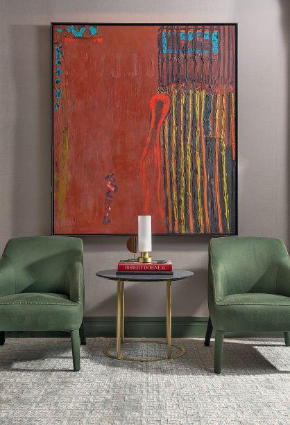 CASACOR SP 2017: Estúdio Bossa - Marlon Gama. A pintura do renomado artista goiano, de 1995, dá o tom do espaço em função de seu forte cromatismo. 3ª Visão do Autor, de Siron Franco.