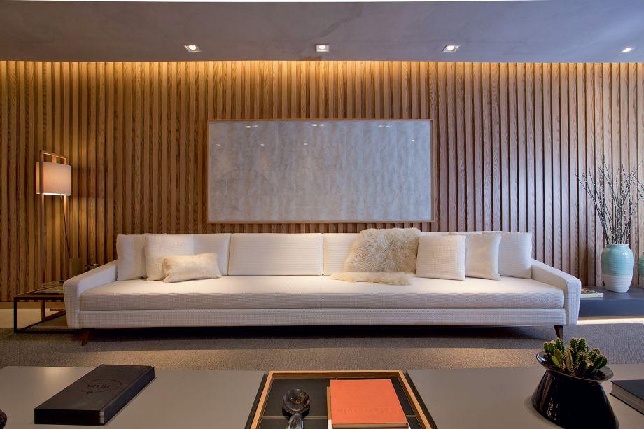 CASACOR SP 2017: Lounge dos Amigos - Patrícia Hagobian. Acima do sofá, paira o trabalho Céu, Pele Pelos (2010, nanquim sobre papel), do mestre Nazareno. A obra faz parte do acervo da Galeria Lume.
