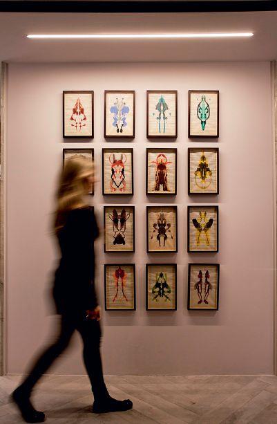 CASACOR SP 2017: Estúdio do Artista - Sandra Moura. Composto por monotipias coloridas produzidas pelo método do psiquiatra suíço, Hermann Rorschach, em que manchas simétricas nascem das dobras dos papéis. Obra sem título, de José Rufino.