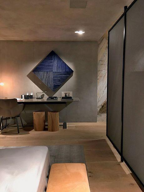 CASACOR SP 2017: Loft do Designer - Triplex Arquitetura. Sobre a escrivaninha, o quadrado em tons de azul brinca com a visão do observador. A peça, de 80 x 80 cm, é da Galeria Murilo Castro e foi produzida com zinco oxidado. Obra de Marcos Coelho Benjamin.