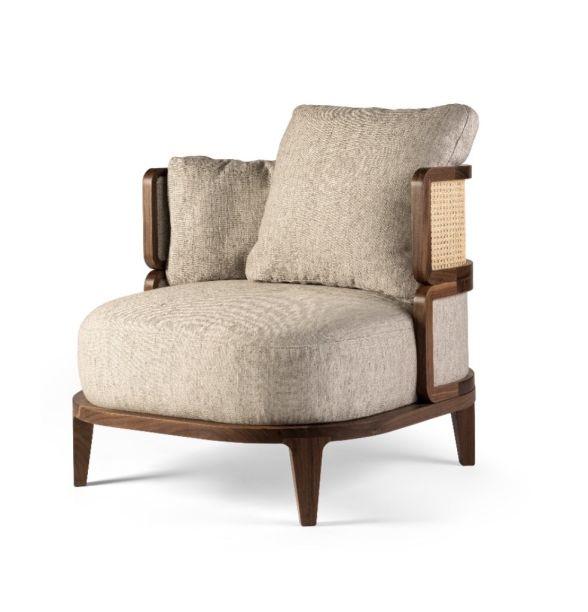 Promenade, de Phillippe Nigro para Gebrüder Thonet Vienna. A cadeira pode ser adquirida como um produto único, ou para completar a coleção de sofás apresentada no último ano. Inspirado pelo minimalismo e dando atenção. O produto é feito a partir do artesanato na madeira e tem almofadas com assentos grandes, garantindo o máximo de conforto. A estrutura, revertida com tecido dá um valor mais especial à poltrona.