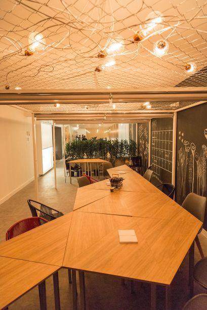 Café do Saber – Equipe Sopro e L2F ArquiteturaLED e marcenaria se unem no projeto. O destaque dado pelos profissionais é o ripado feito com fitas de LED.