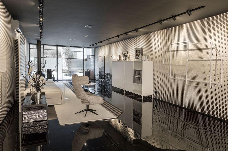Casa Grafismo – Léo Shehtman. O projeto luminotécnico é assinado pela lighting designer Elaine Pontes. A intensidade das telas tensionadas de LED marcou ainda mais os contrastes entre preto e branco, um elemento chave do ambiente.