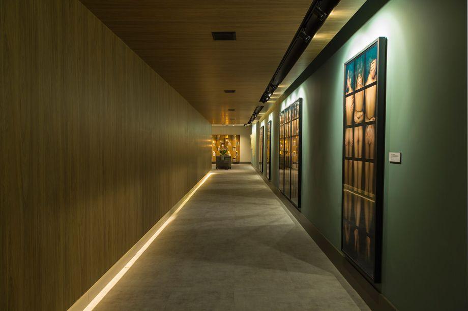 Estúdio do Curador de Arte – Marilia Veiga. O projeto luminotécnico foi assinado em parceria com a Pontoluce. Tanto as obras de arte quanto a paleta de cores escolhida pela profissional (composta de tons de azul e cinza) foram valorizadas pelas fitas de LED, acionadas por circuitos independentes.