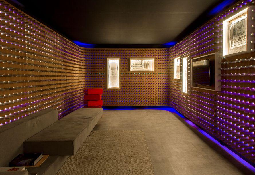 Casa Moysés/Loja mmartan – Estúdio Treze zero sete. Cinco mil lâmpadas de LED foram utilizadas foram utilizadas para iluminar as paredes do espaço. O objetivo era construir um ambiente tecnológico e ao mesmo tempo elegante.