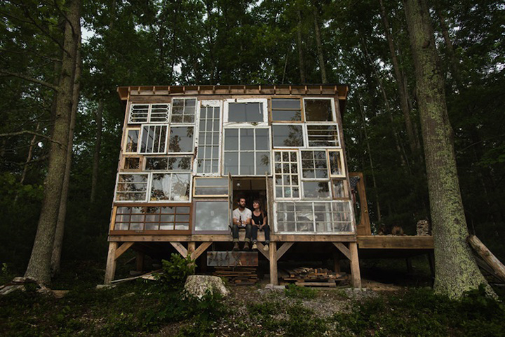 A cabana em West Virginia, construída para ser o refúgio do fotógrafo Nick Olson e da designer Lilah Horwitz, possui uma fachada composta por portas e janelas antigas construída pelo próprio casal.