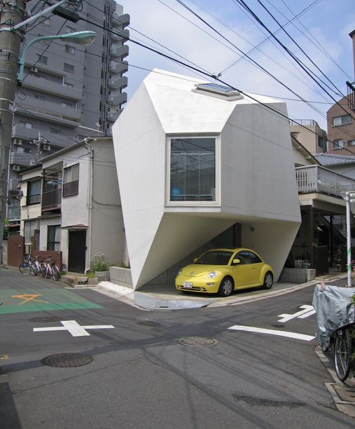 <span>Projetada pelo arquiteto Yasuhiro Yamashita, esta micro casa japonesa resume com maestria o conceito de otimização do espaço. Localizada em uma esquina perto do centro de Tóquio, ela foi construída em um formato angular que lembra os tradicionais origamis, com direito a três andares distribuídos em um total de 44 m².</span>