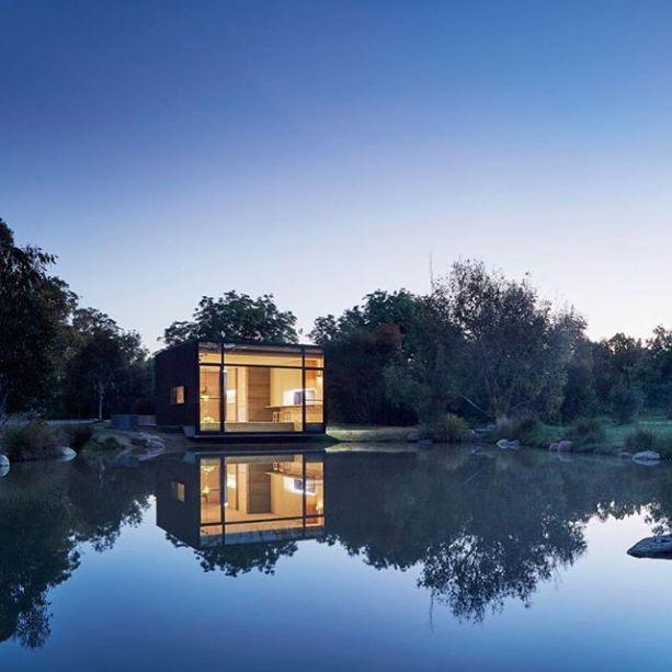 Esta pequena casa, à beira de um lago, é um perfeito refúgio na natureza. A foto foi compartilhada pelo arquiteto Nildo José em seu Instagram: @nildojose_arquitetura