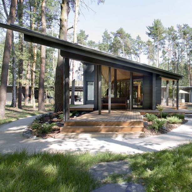 Esta casa de troncos finlandesa da Honka, localizada em Hradištko, República Tcheca, foi projetada por Monom.