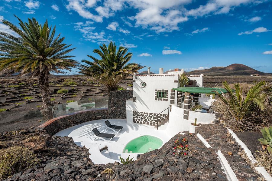 <strong>SABINE MARCELIS</strong>, Lanzarote - Ilhas Canárias, Espanha.A jovem designer holandesa passou suas últimas férias em Lanzarote, em uma casa eco-sustentável na costa do famoso vulcão da ilha, imersa nas cores mágicas desta terra. O local de férias é um lugar para você descobrir, compartilhar com os amigos e se sentir à vontade.