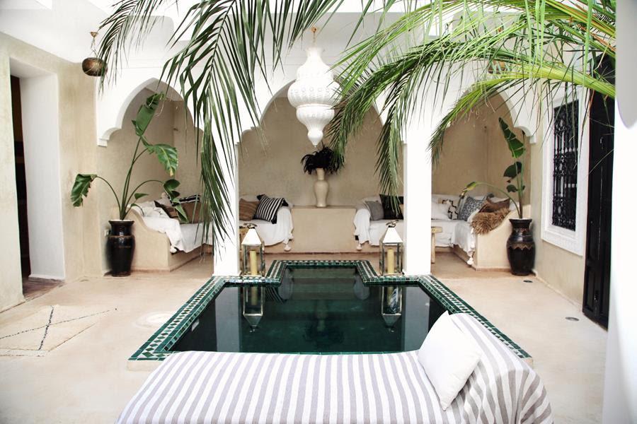 """<strong>ELENA SALMISTRATO</strong>, Marrakech - Marrocos.Tendo em vista a próxima Semana de Design em Milão, a artista e designer Elena Salmistraro, diz sobre a sua estadia pós este grande evento: """"Ainda não identifiquei o destino, mas certamente será um lugar isolado e relaxante ao mesmo tempo: preciso recarregar as baterias e me desligar por um tempo"""". A Airbnb sugere este belo espaço tradicional no coração da Medina, em Marrakech, onde se pode relaxar na luz âmbar deste lugar mágico."""
