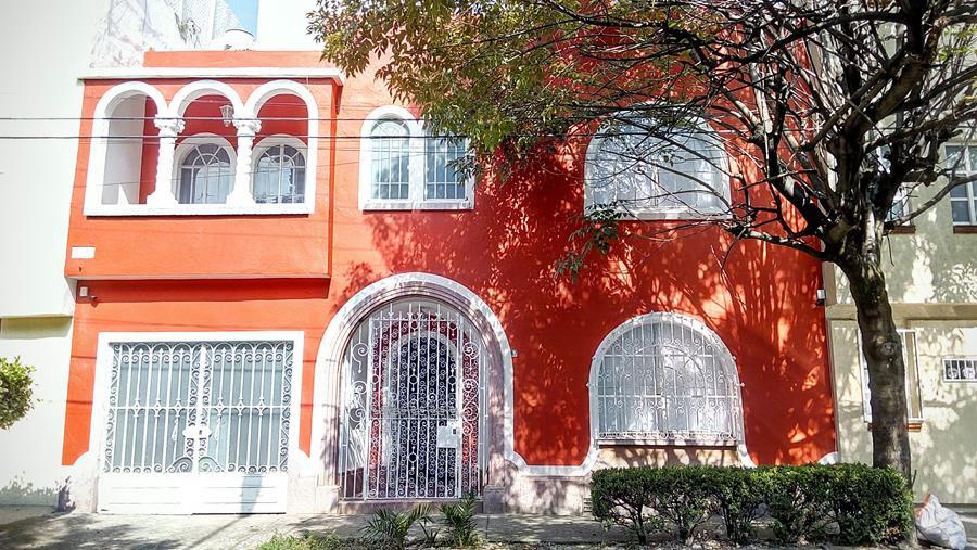 """<strong>ANDREA ROSSO</strong>, Cidade do México - México.Andrea Rosso, Diretora Criativa da Diesel, estará em Milão para a Design Week com o projeto especial Diesel Living, marca do grupo ligado à casa. """"Uma vez terminado, sem pausa, continuamos a trabalhar para as próximas notícias, talvez no exterior, como quando no ano passado estava trabalhando na nova coleção"""". A acomodação escolhida neste anoé esta casa na Cidade do México, que inspira cores e aromas."""