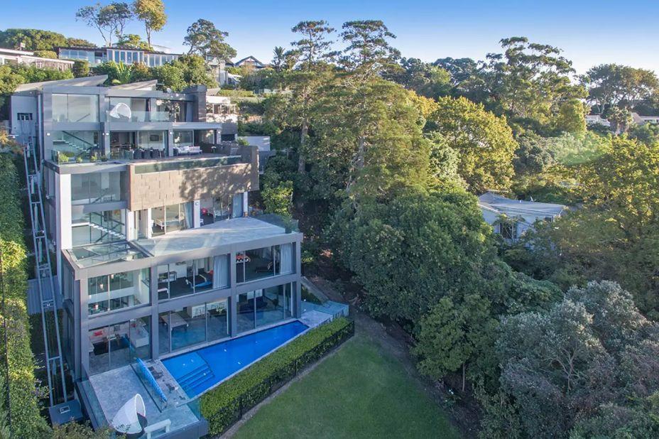Exclusive Waterfront, em Auckland, na Nova Zelândia. O incrível projeto arquitetônico de Adrian McNaught, feito em superfícies de ardósia, mármore e vidro, destaca-se junto à natureza, que envolve esta incrível acomodação. As escadarias e paredes, emolduradas por vidros, chamam a atenção de qualquer um que passe pelo local. Tem seis quartos e oito banheiros, além de cozinha, piscina e elevador.