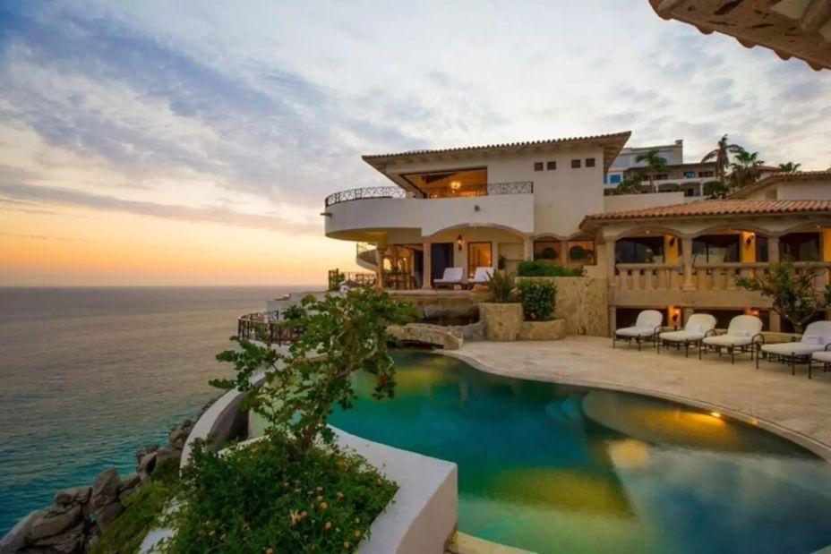 """Villa La Roca, em Cabo San Lucas, no México. Intitulada como """"Palácio Colonial Moderno"""", a acomodação fica no alto da colina Pedregal. O hóspede tem uma vista esplêndida da Baixa Califórnia. O local tem 10 quartos, nove banheiros além de cozinha, jacuzzi e academia."""