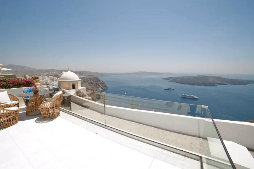 Anteliz Suites, em Thera, na Grécia. Anteliz Private Villa é o nome da acomodação que tem 220 m2, conta com três quartos com banheiro privativo, áreas amplas de estar e jantar e terraço com piscina. A vista deslumbrante fica por conta do Mar Egeu