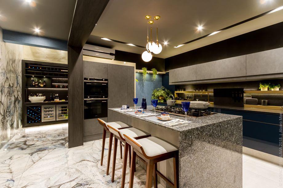 La Cocina Ideal - Patricia Fiaschetti e Verónica Paz.O estilo moderno contrasta intencionalmente com a atmosfera do casarão. Destaque para as cerâmicas Cerabol, com impressão de folhas, que se fundem com o mármore aplicado no piso.