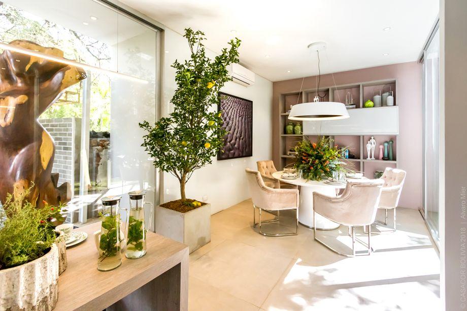 Cocina Orgánica - Eduardo Baldelomar. Os 70 metros quadrados abrigam cozinha com ilha, sala de jantar, jardim interno e lavanderia. Os vidros, ao invés de esfriarem o ambiente, acentuam o verde. A natureza também expressa sua beleza diante da cartela de tons de cinza, rosa e canela.
