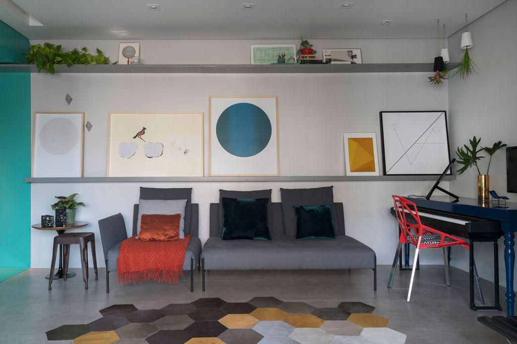 Painéis coloridos trazem uma nova atmosfera para apê de 60 m²