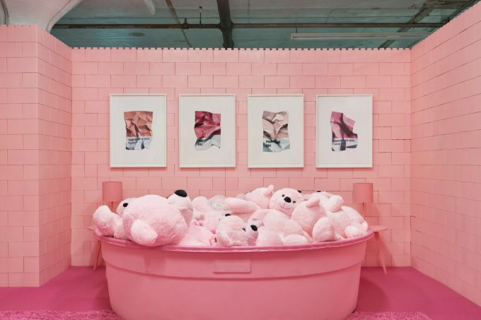 monochrome-cj-hendry-brooklyn-exhibition-colour-rooms-new-york-usa_dezeen_2364_col_16-1704×1137
