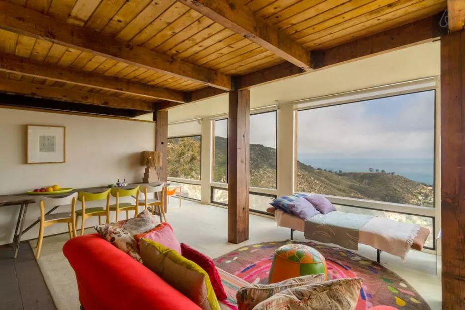 Ocean View Maliby Hideaway, em Malibu, nos Estados Unidos. A acomodação fica localizada a aproximadamente 37 km do Aeroporto Internacional de Los Angeles (LAX) e há 15 minutos de Santa Monica. O apartamento tem quarto, banheiro e cozinha e uma vista privilegiada da ilha de Santa Catelina.